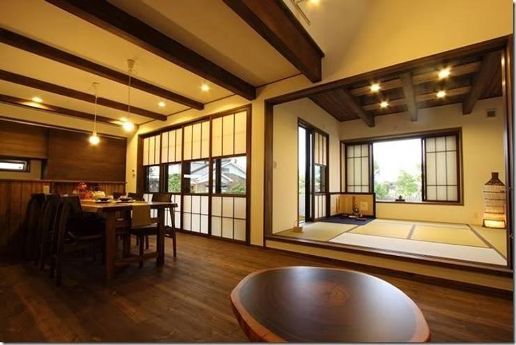 藤の木の家: 坂東建築設計室が手掛けたリビングです。,