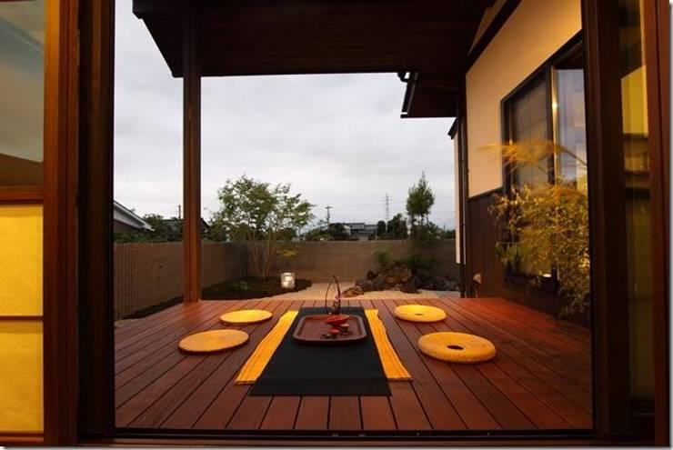 藤の木の家: 坂東建築設計室が手掛けたテラス・ベランダです。,