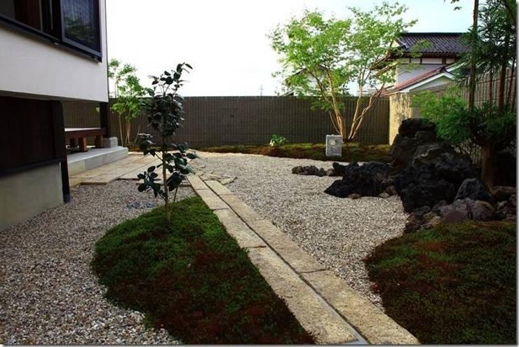 藤の木の家: 坂東建築設計室が手掛けた庭です。,