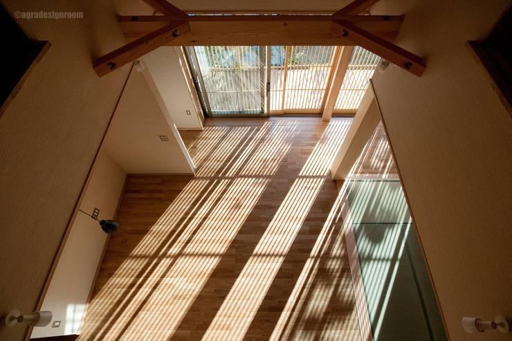 格子から流れる太陽の力、そして優しさ・・・  El poder y la amabilidad del sol que fluye de las puertas de celosías.: アグラ設計室一級建築士事務所 agra design roomが手掛けたリビングルームです。
