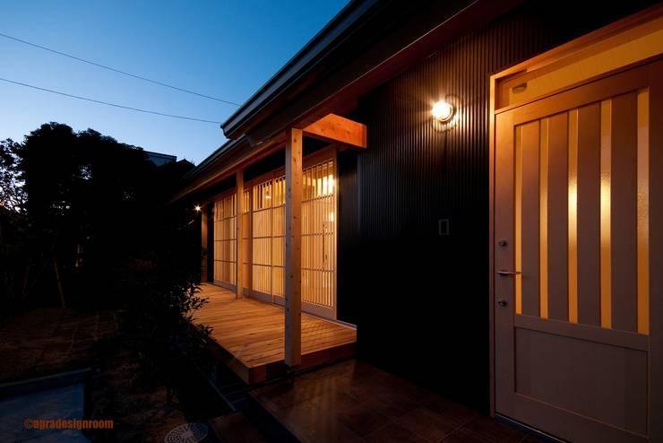 夕暮れになじむ外観  Apariencia adecuada para el anochecer.: アグラ設計室一級建築士事務所 agra design roomが手掛けたです。