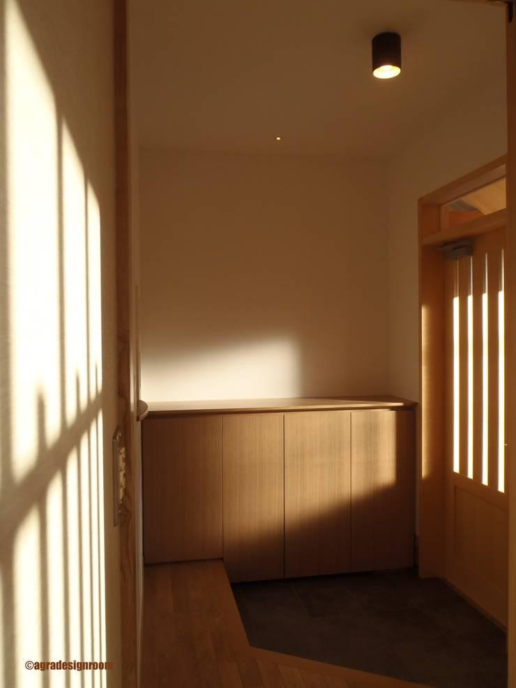 静かな玄関  Entrada silenciosa: アグラ設計室一級建築士事務所 agra design roomが手掛けた玄関&廊下&階段です。