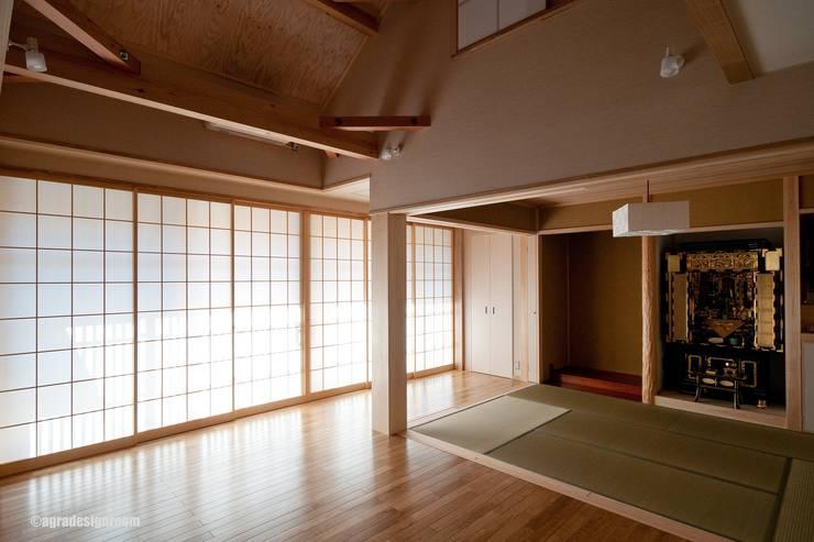 壁に収納された障子にて、光を柔らかくする  Suaviza la luz por la puerta japonesa tradicional llamada : アグラ設計室一級建築士事務所 agra design roomが手掛けたリビングルームです。