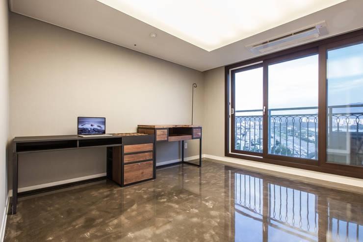 갤러리하우스: 디자인사무실의  서재 & 사무실