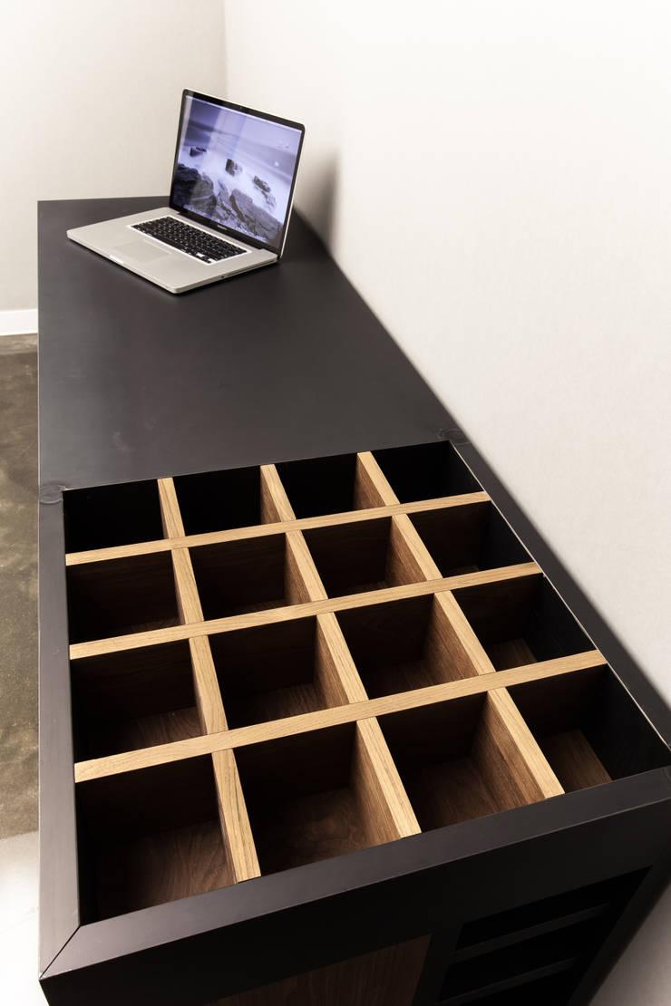 갤러리하우스: 디자인사무실의  서재/사무실
