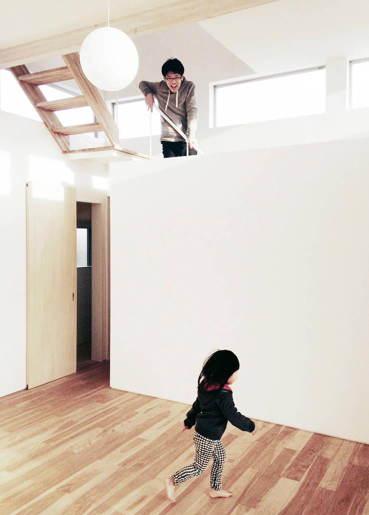 小笠の浮き家/floating house in Ogasa: 後藤周平建築設計事務所が手掛けた廊下 & 玄関です。