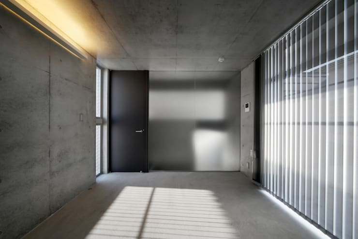宮城のガレージハウス: 有限会社Kaデザインが手掛けた寝室です。