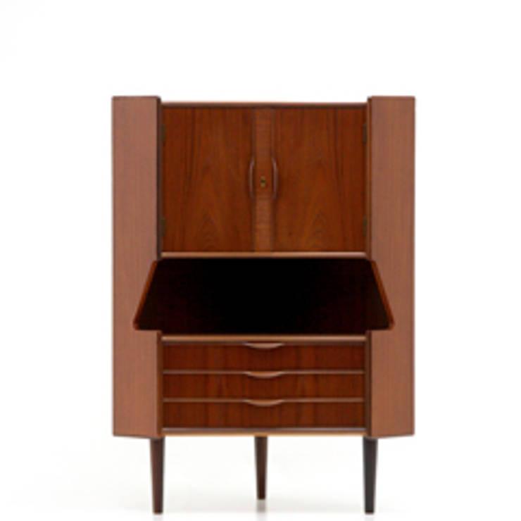 北欧家具 ヴィンテージ コーナーキャビネット チーク材 中古 収納 鏡張り: ibukiya が手掛けたリビングルームです。