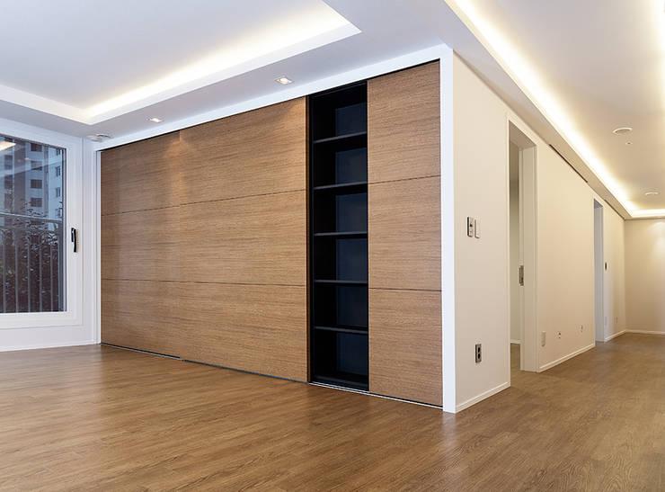 서재, 집의중심이 되다: 디자인사무실의  거실