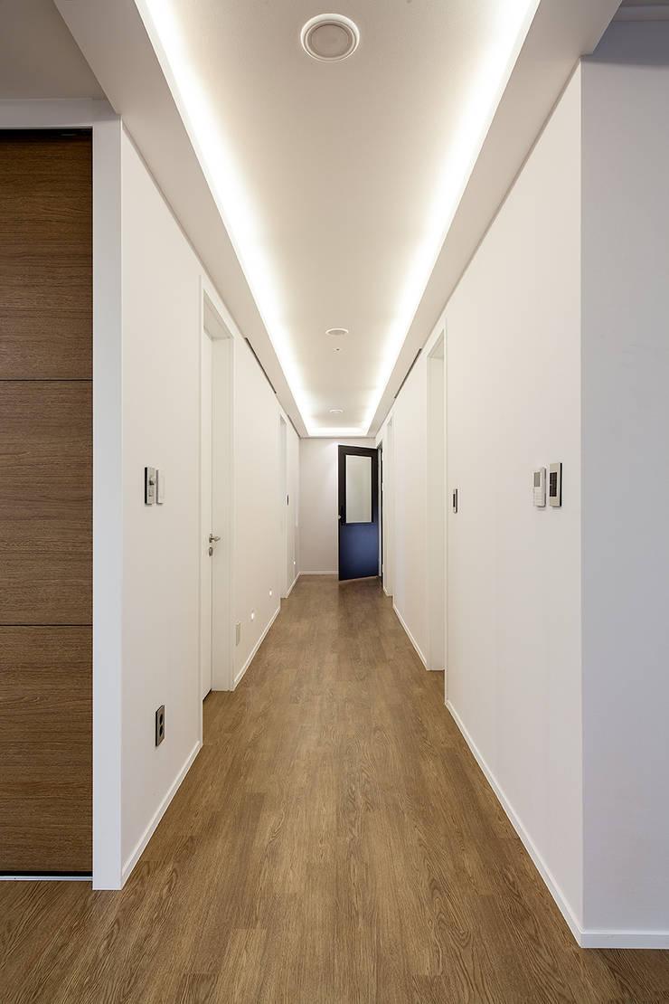 서재, 집의중심이 되다: 디자인사무실의  복도 & 현관