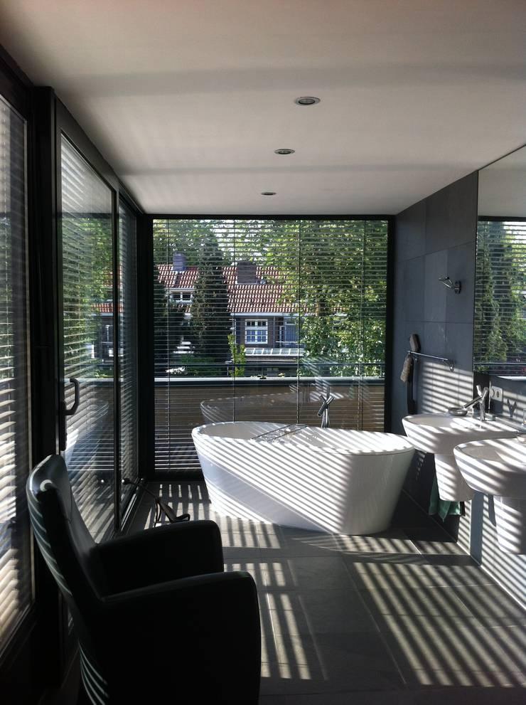 Badkamer als tuinkamer:  Badkamer door Van de Looi en Jacobs Architecten