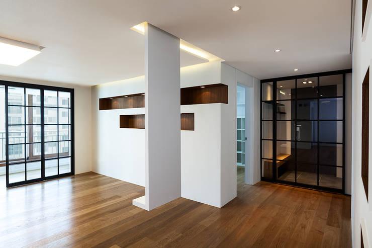 금속으로 표현한 '카페하우스': 디자인사무실의  거실