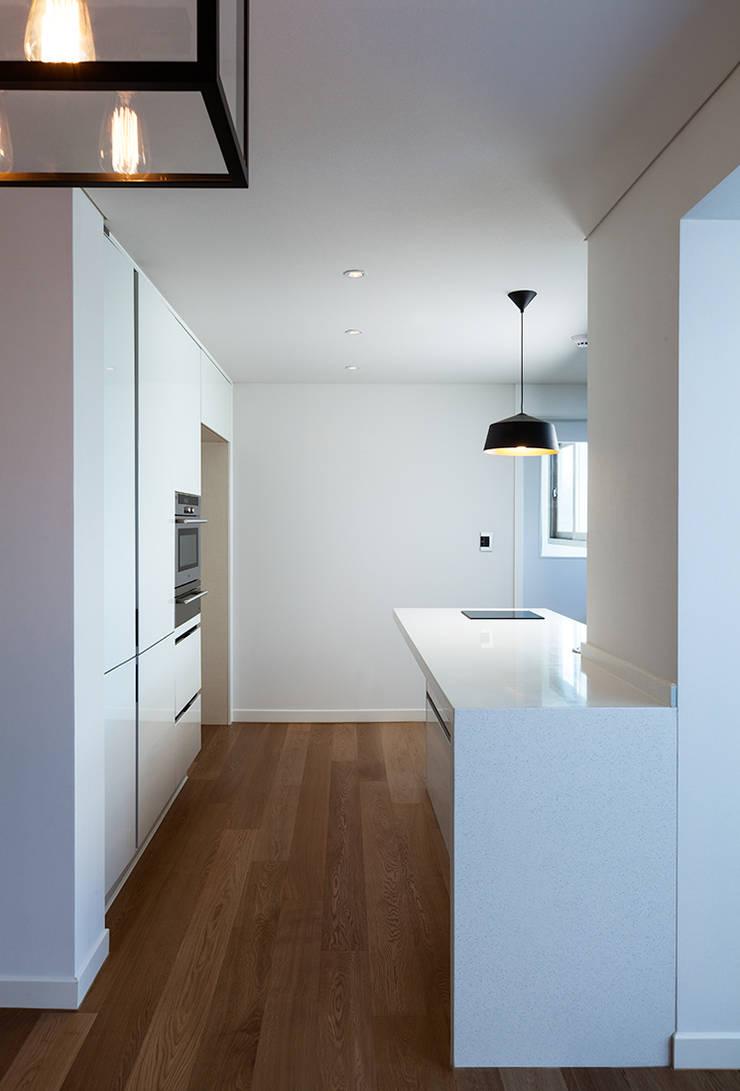 금속으로 표현한 '카페하우스': 디자인사무실의  다이닝 룸