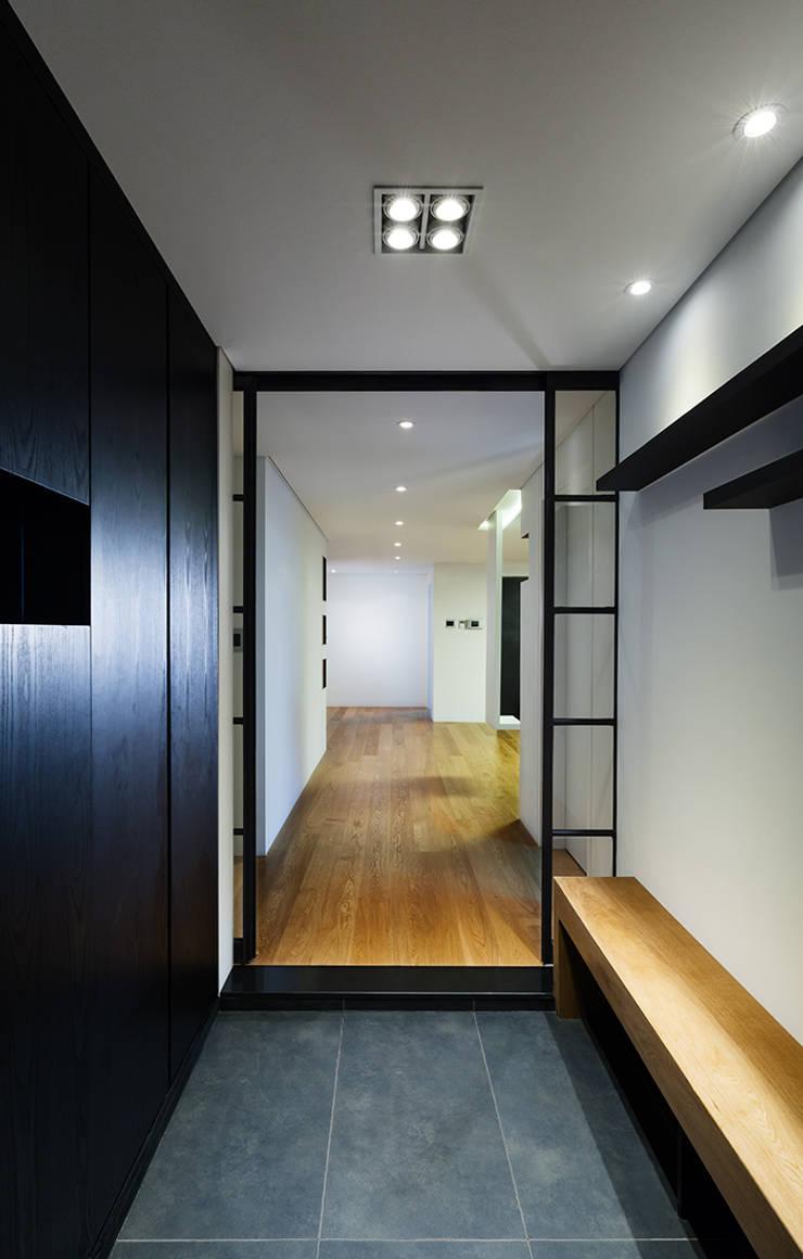 금속으로 표현한 '카페하우스': 디자인사무실의  복도 & 현관