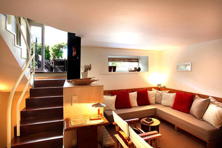 Sala de estar: Salas de estar  por MANUEL CORREIA FERNANDES, ARQUITECTO E ASSOCIADOS