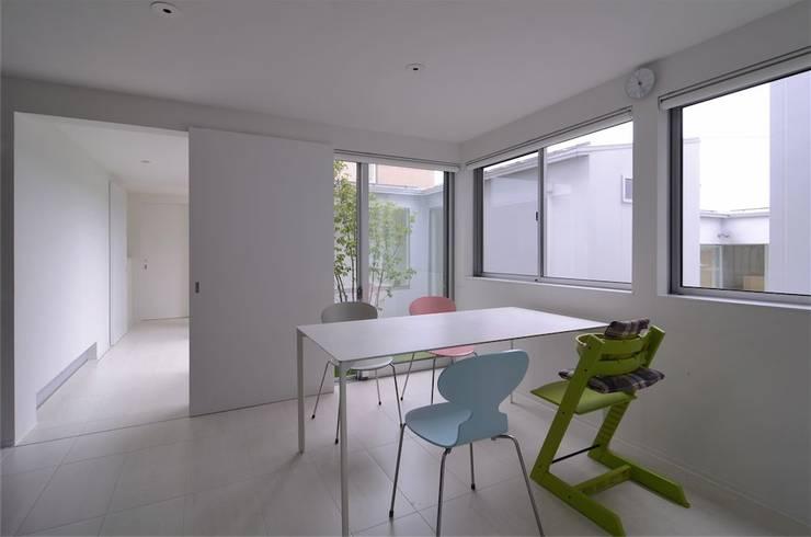 COUMA+house H: 吉村寿博建築設計事務所が手掛けたダイニングです。