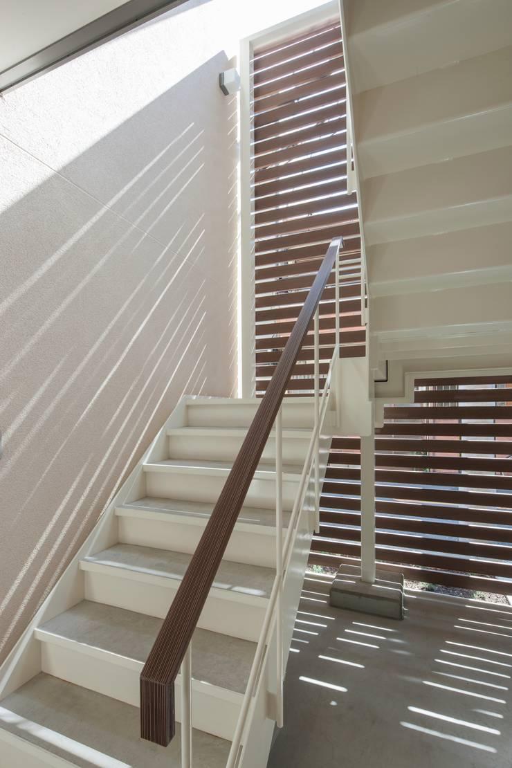 都島の家: 一級建築士事務所 Eee works が手掛けた廊下 & 玄関です。