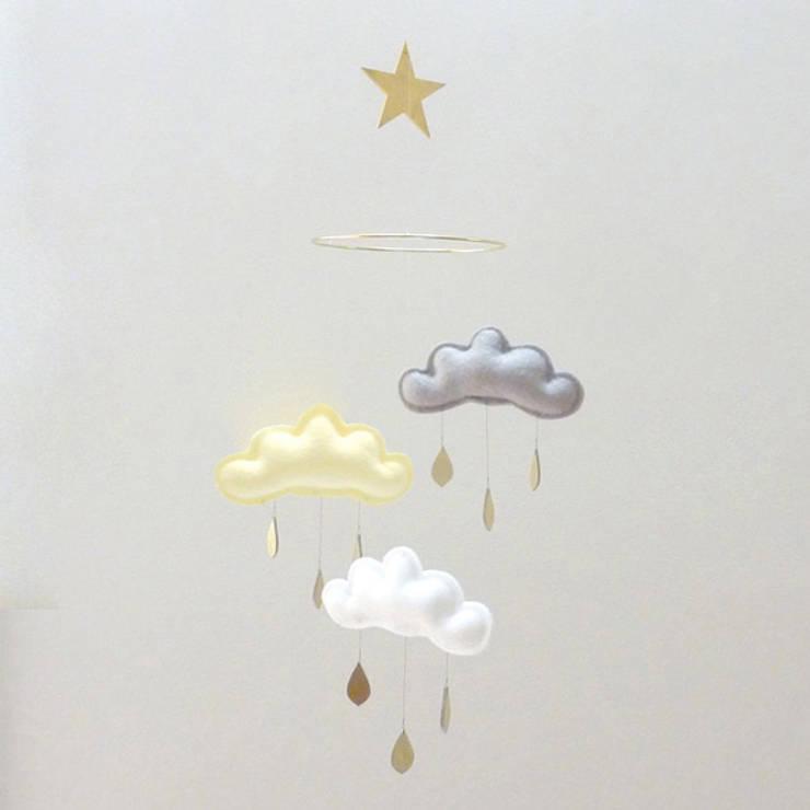 Mobile 3 nuages gouttes de pluie blanc, jaune et gris - The Butter Flying: Chambre d'enfants de style  par decoBB