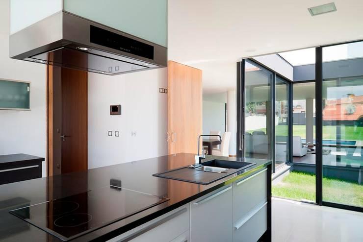 Casa S. Roque: Cozinhas minimalistas por Urban Core