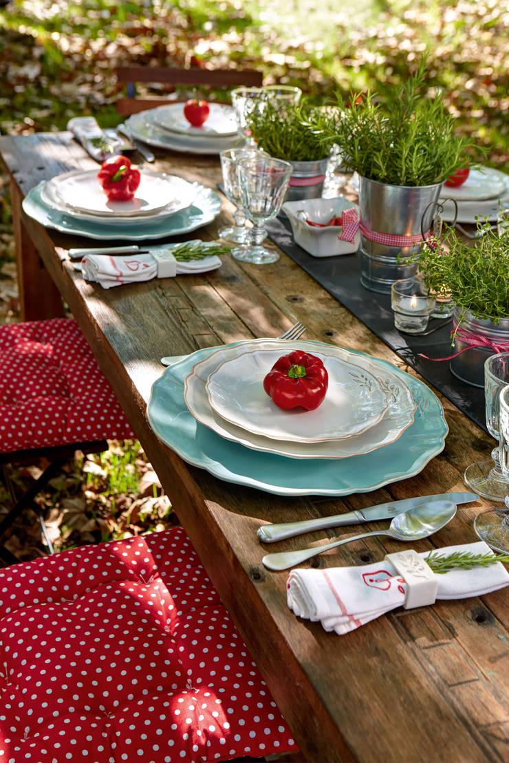 Costa Nova - mesa de jardim colecção Alentejo: Sala de jantar  por Grestel, SA