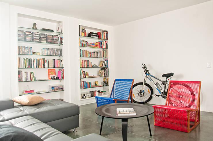 Apartamento en Sabana Grande: Salas / recibidores de estilo  por PUNCH TAD