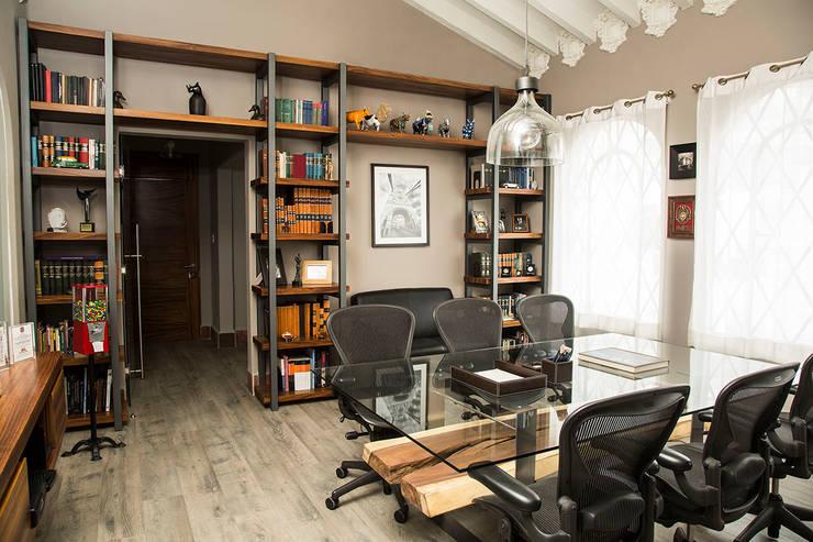 SALA DE JUNTAS 1: Oficinas y tiendas de estilo  por Ploka 8.7