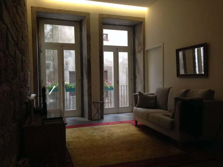 Piso 0 - Sala de Estar: Salas de estar ecléticas por Teresa Pinto Ribeiro | Arquitectura |