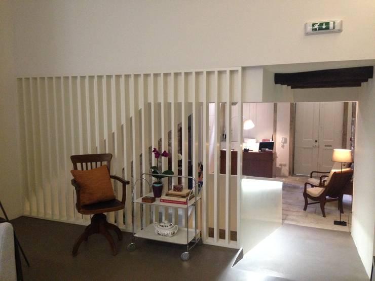 Piso 0 - Recepção: Salas de estar ecléticas por Teresa Pinto Ribeiro | Arquitectura |