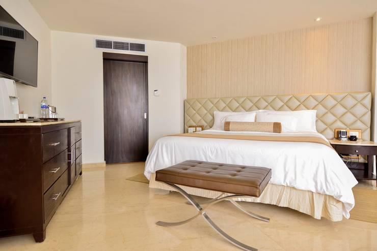Moon Palace Nizuc Cancún.: Recámaras de estilo  por Marbol industria Mueblera