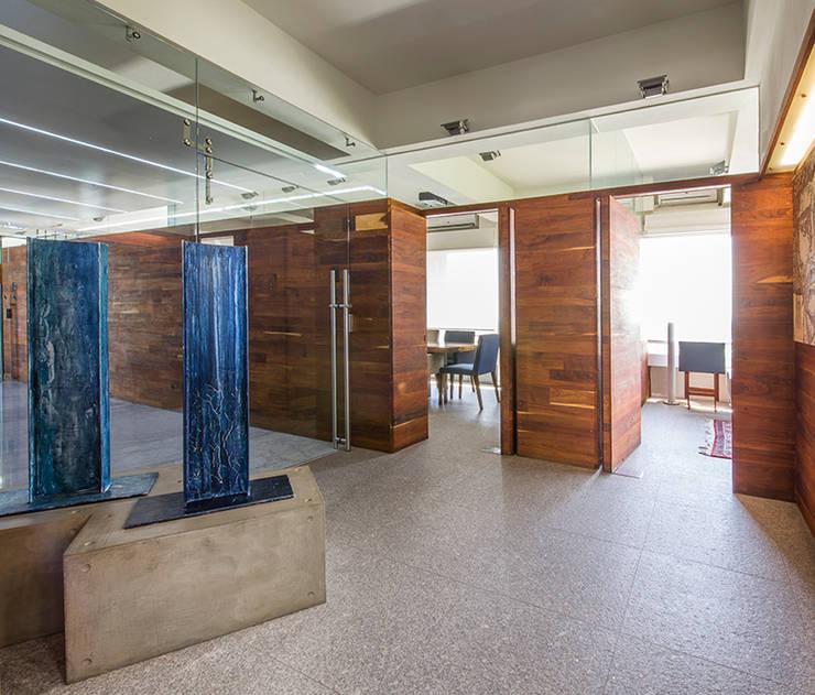 OFICINAS O&H: Pasillos y recibidores de estilo  por Barra de Arquitectura Mexicana