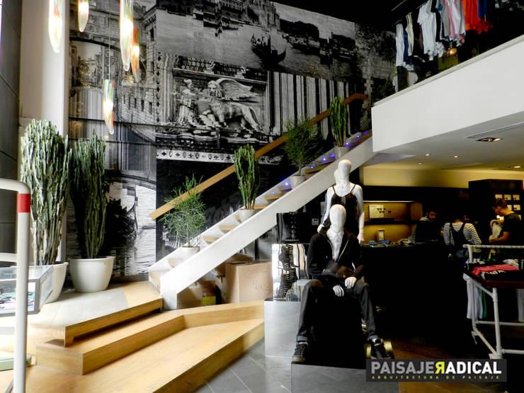 Tienda DIESEL: Jardines de estilo  por Paisaje Radical