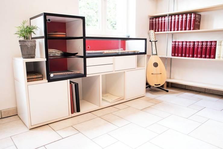 Studio in stile  di TAVAR e.K. anziehende Möbel