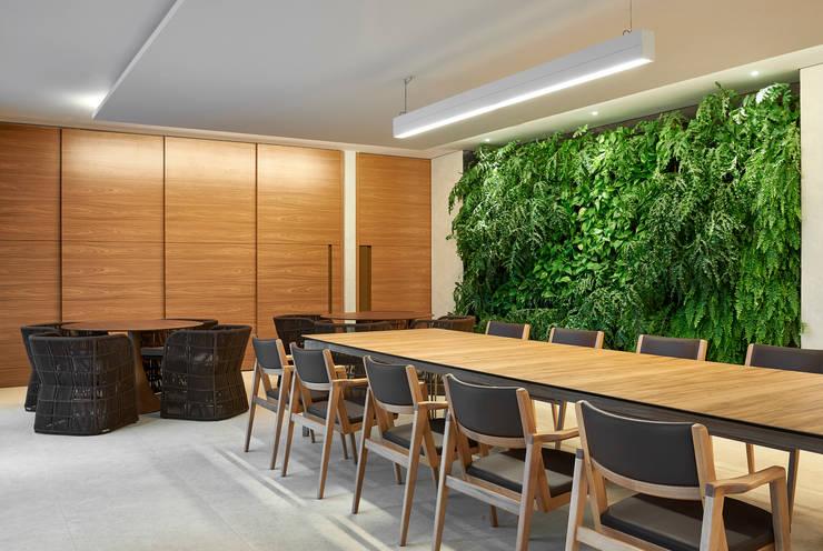 Ed Saint Paul de Vence: Salas de jantar modernas por Alessandra Contigli Arquitetura e Interiores