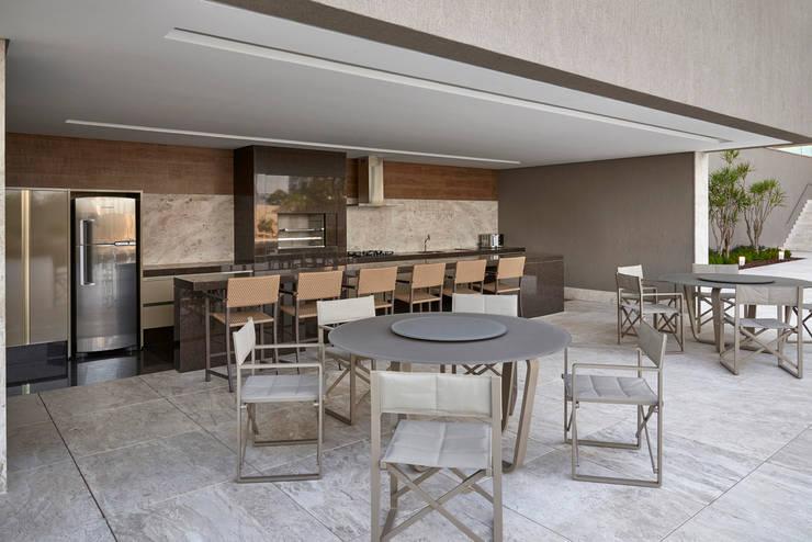 Ed Saint Paul de Vence: Terraços  por Alessandra Contigli Arquitetura e Interiores