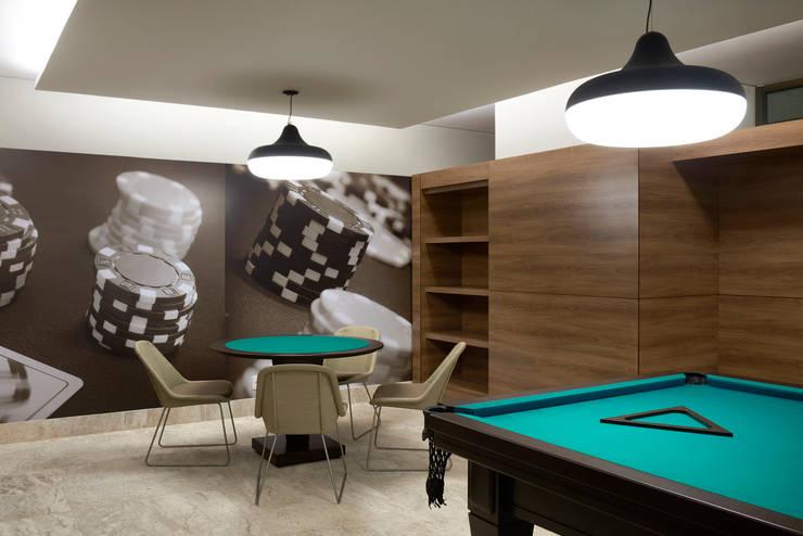 Ed Saint Paul de Vence: Salas multimídia modernas por Alessandra Contigli Arquitetura e Interiores