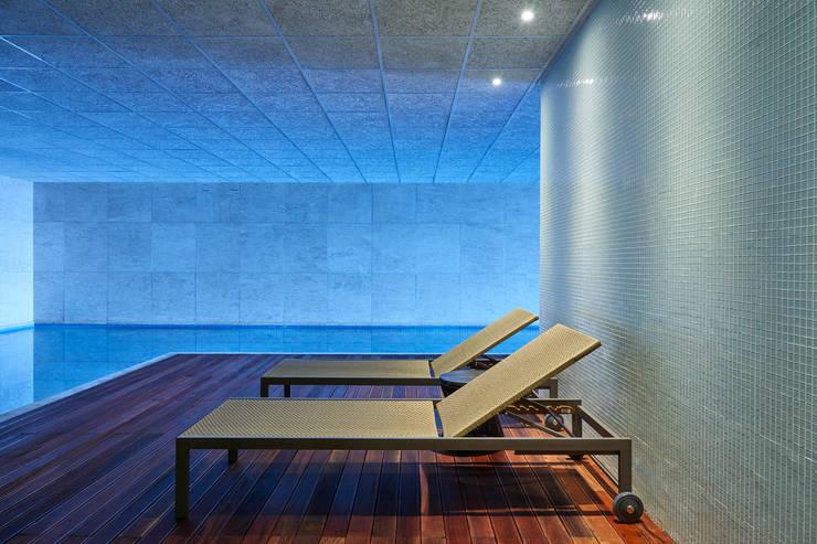 Ed Saint Paul de Vence: Piscinas modernas por Alessandra Contigli Arquitetura e Interiores
