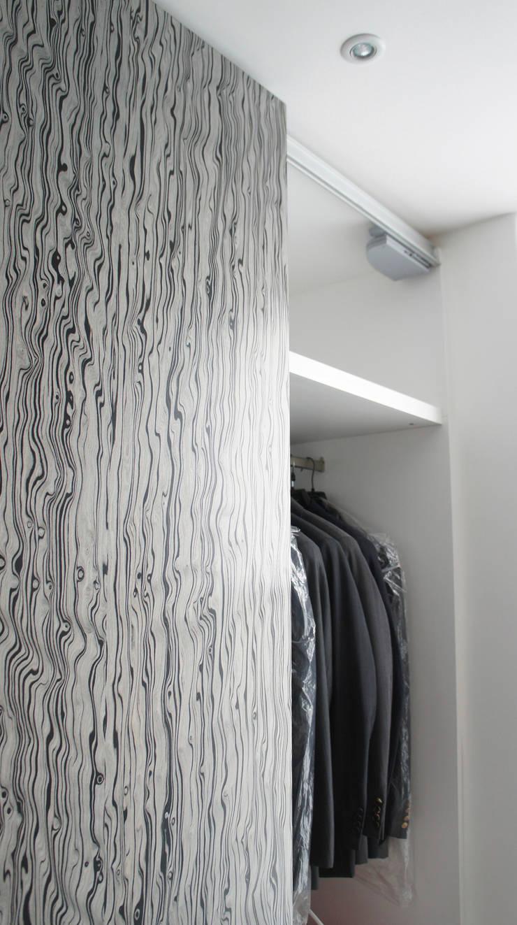 """Detalle """"soft close"""" en puerta corrediza.: Vestidores y closets de estilo  por Mefa de México"""