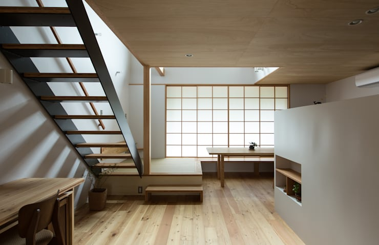 スバコ: 藤森大作建築設計事務所が手掛けたリビングです。