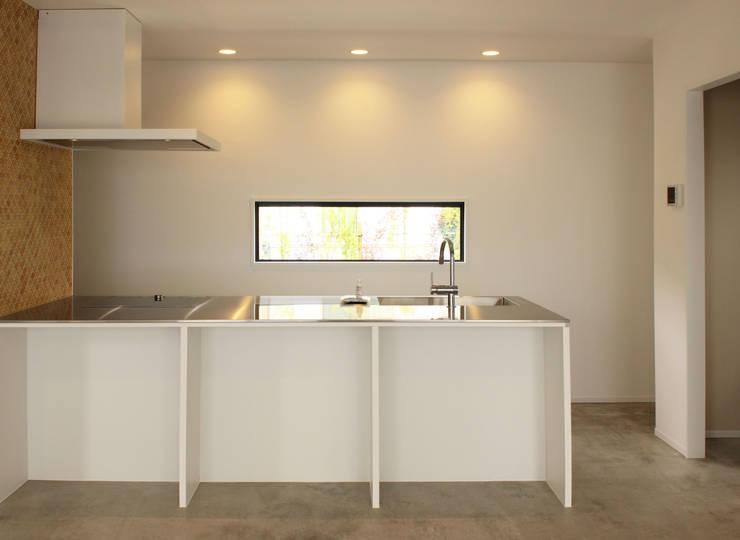 空間と質を兼ね備えたコンクリート住宅: 株式会社Linewoodが手掛けたキッチンです。