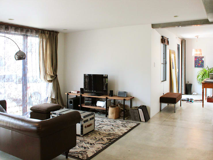 空間と質を兼ね備えたコンクリート住宅: 株式会社Linewoodが手掛けたリビングです。