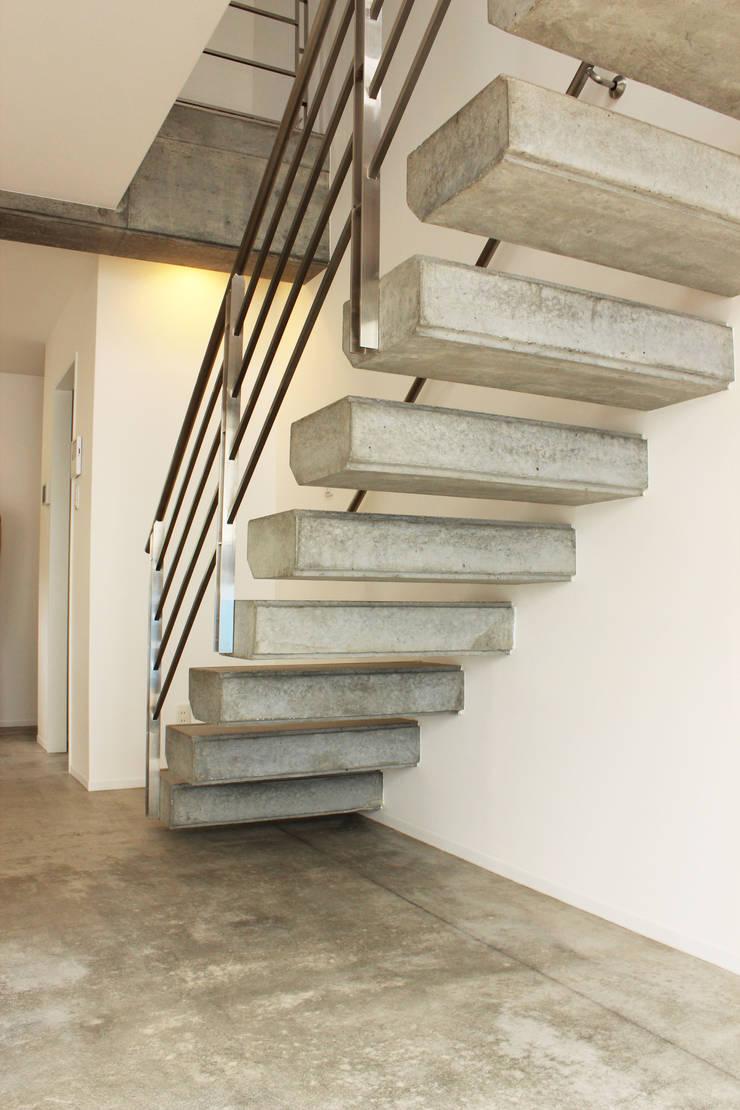 空間と質を兼ね備えたコンクリート住宅: 株式会社Linewoodが手掛けた廊下 & 玄関です。