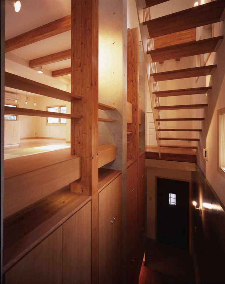 階段: エーディフォー 一級建築士事務所が手掛けた廊下 & 玄関です。