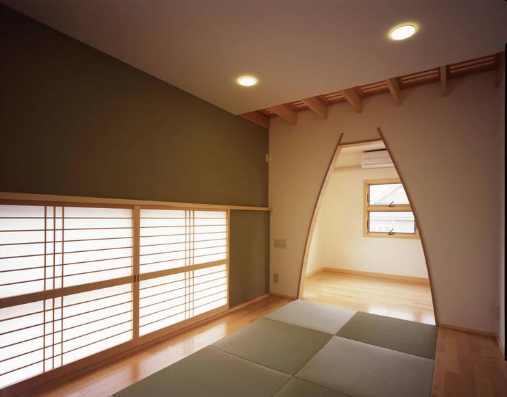 和室: エーディフォー 一級建築士事務所が手掛けた寝室です。