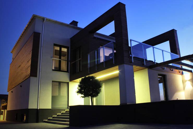 Dom w Paniówkach, z lat 60 XXw.: styl , w kategorii Domy zaprojektowany przez Architekt Adam Wawoczny,Nowoczesny