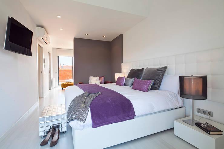 CASA UNIFAMILIAR EN LA PLAYA : Dormitorios de estilo  de Home Deco Decoración