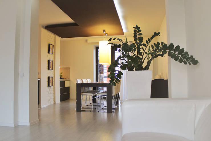 Dom w Paniówkach, z lat 60 XXw.: styl , w kategorii Salon zaprojektowany przez Architekt Adam Wawoczny,Nowoczesny