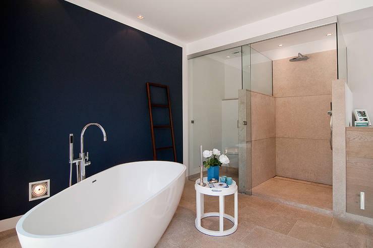 VIVIENDA: Baños de estilo  de ABAD Y COTONER, S.L.
