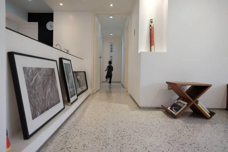 4: Salas / recibidores de estilo  por RRA Arquitectura