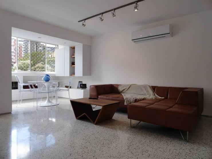 5: Salas / recibidores de estilo  por RRA Arquitectura