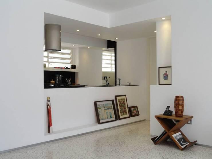 14: Salas / recibidores de estilo  por RRA Arquitectura